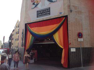 メルカード・サン・アントン、入り口は虹色の旗