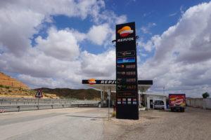 高速道路のガソリンスタンド