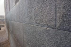 対応の神殿の石組
