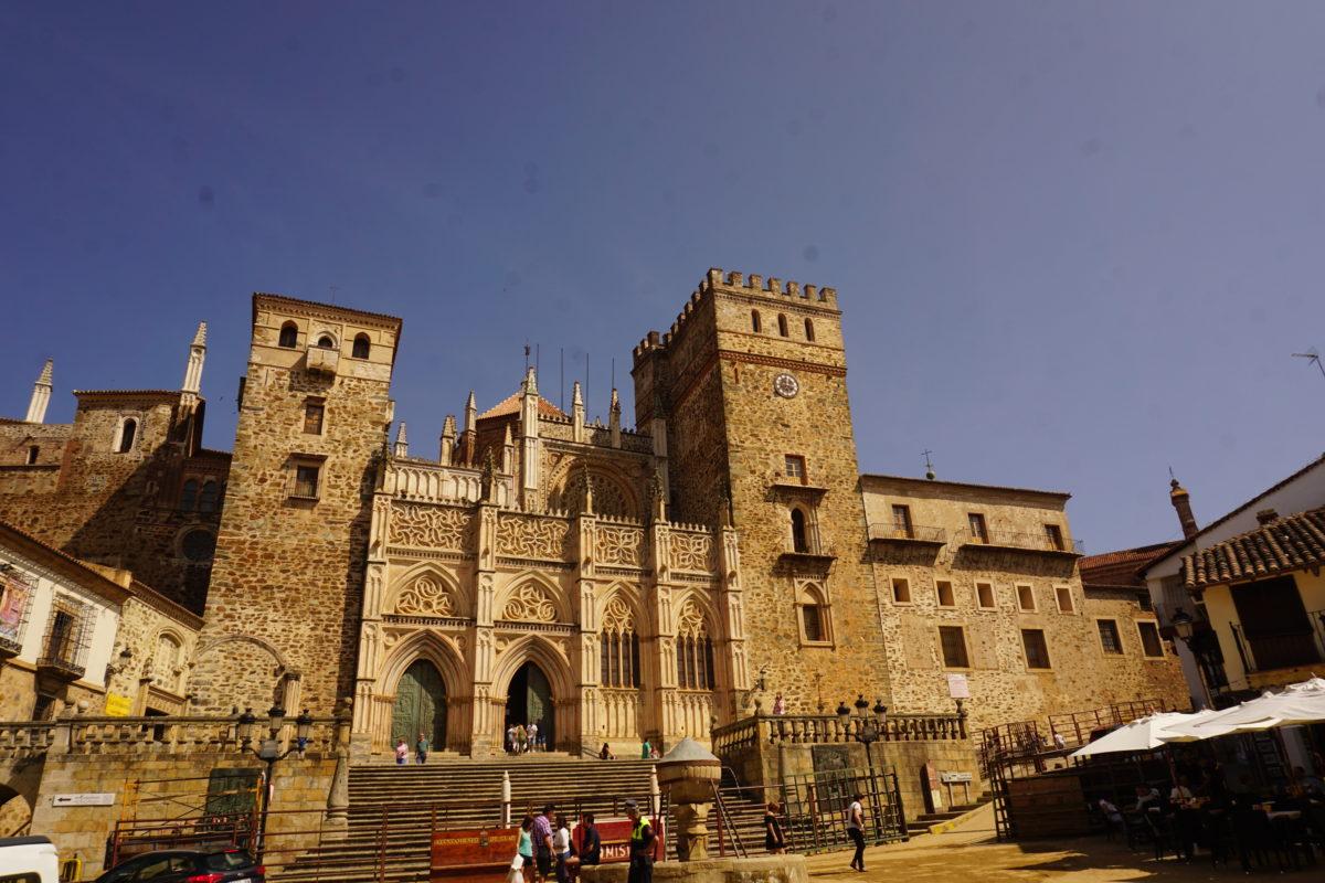サンタ・マリア・デ・グアダルーペ、全スペイン語圏の守護聖母黒いマリアの街は世界遺産