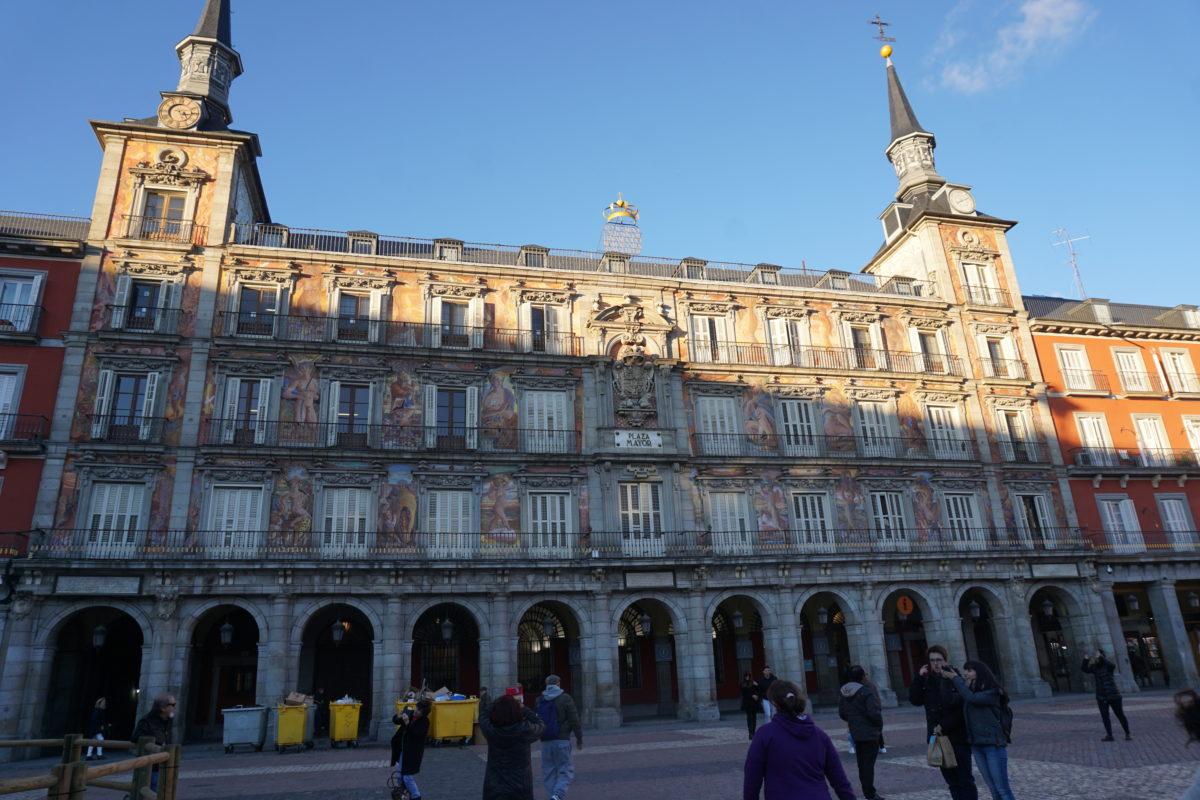 マドリード、マヨール広場は旧市街の中心。周りにバルやメゾンやお土産物屋がどっさり。