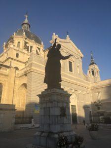 アルムデナ大聖堂前のヨハネパウロ2世像