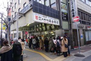 神戸のグルメ、森谷商店コロッケを買うのに並ぶ人