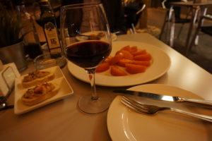 マドリードのバル・レストランのテラスでつまみとワイン