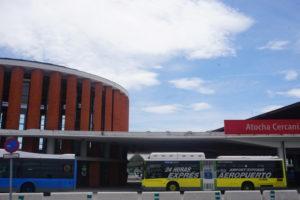 アトーチャ駅、空港行きバス乗り場