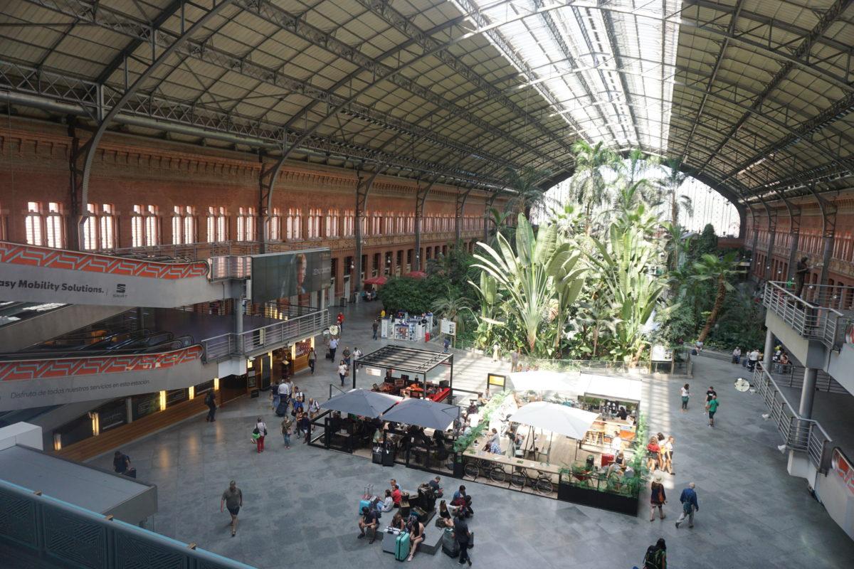 マドリード・アトーチャ駅の解説書、新幹線乗り場やメトロとの連絡口、空港行きエクスプレスバスの乗り場を図解入りで説明